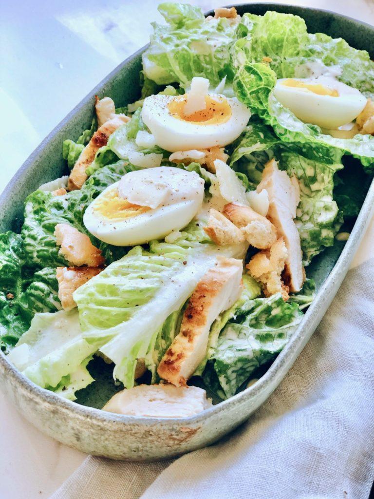 Caesar salad met dressing, gegrilde kip en romaine sla