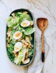 Caesar salad met gegrilde kip en romaine sla
