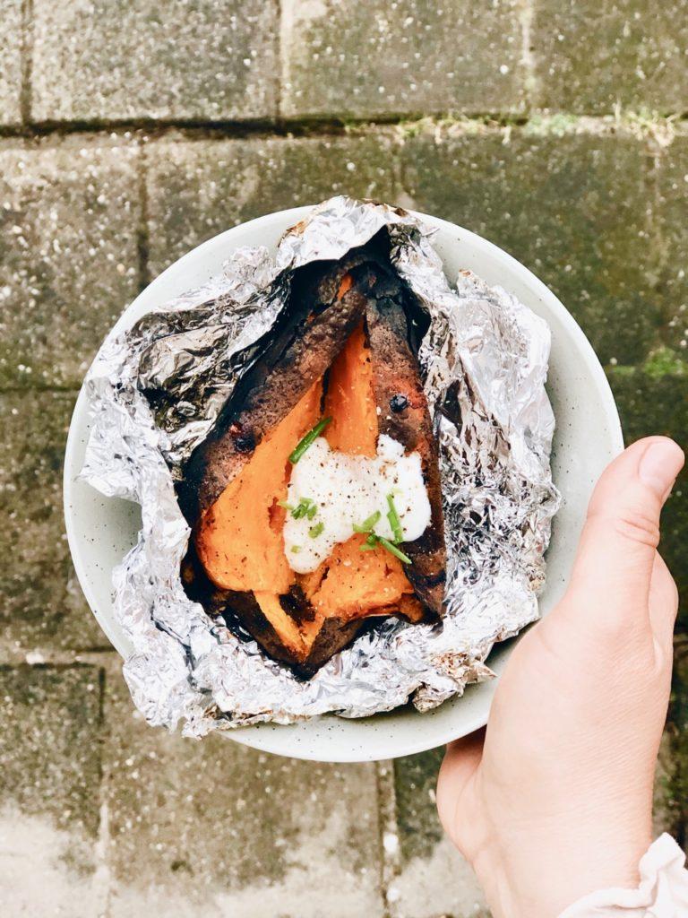 Gepofte zoete aardappel van de BBQ