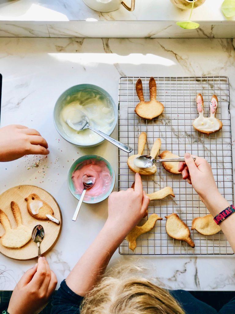 Paaskoekjes bakken met de kinderen