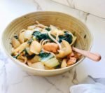 Paksoi met udon noodles en sticky kip