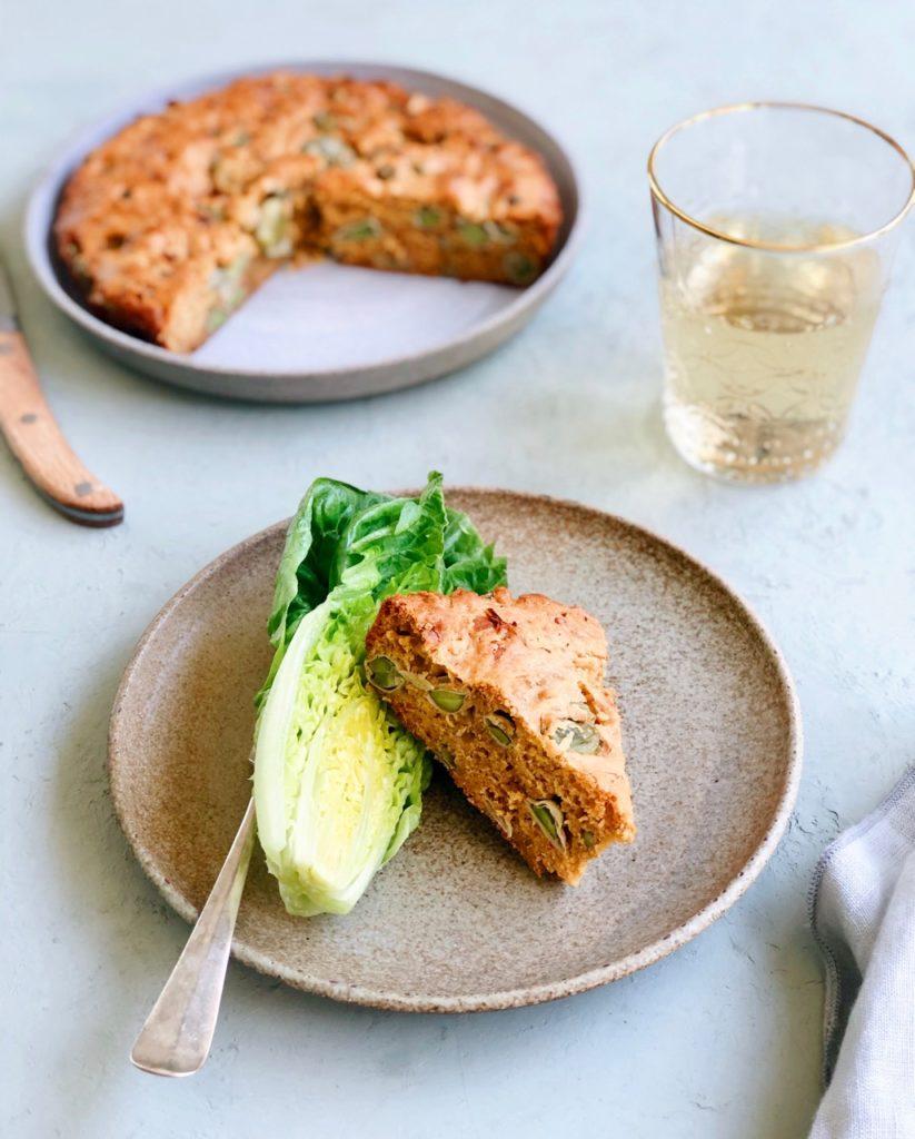 Groente cake met tuinbonen en sambal