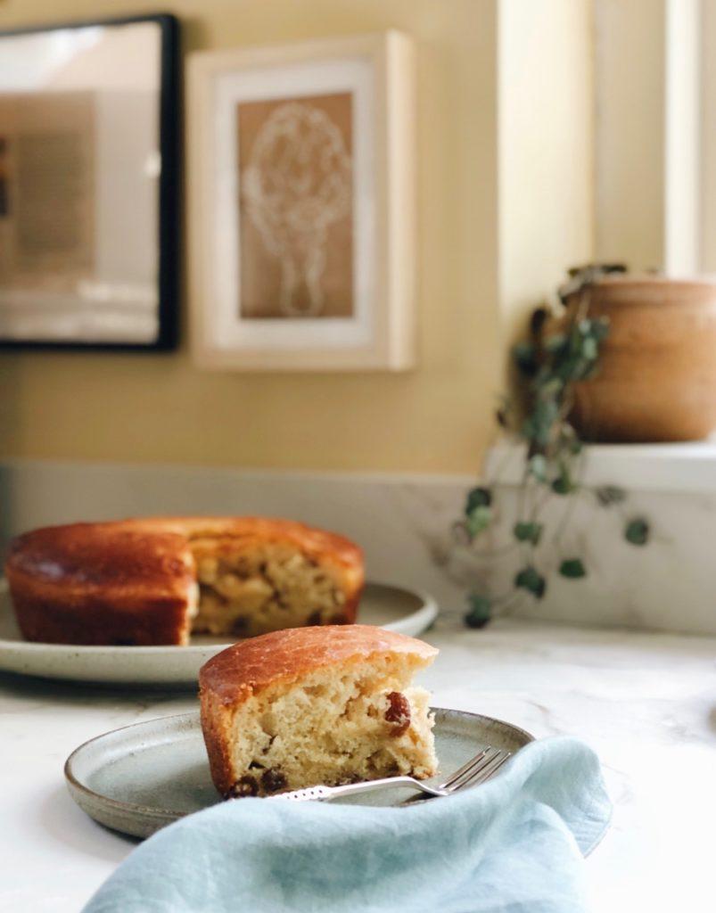 luchtige zuurdesem cake met rozijnen