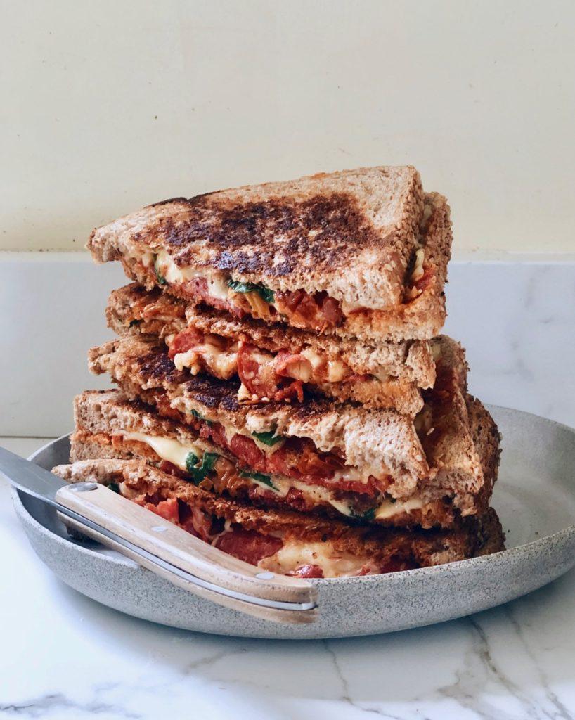Chorizo tosti met kaas, zongedroogde tomaten en harissa
