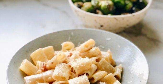 Romige pasta met krokante spekjes en kaas