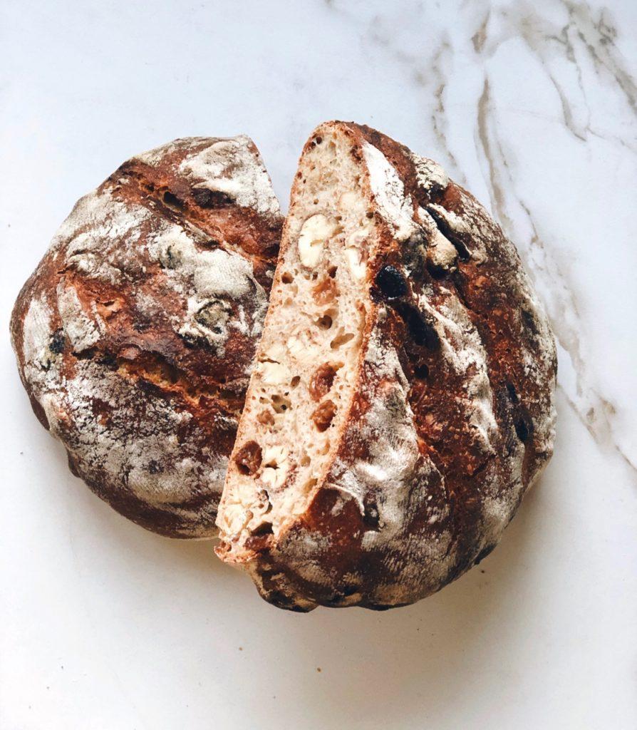 Zuurdesem notenbrood met kastanjes en rozijnen