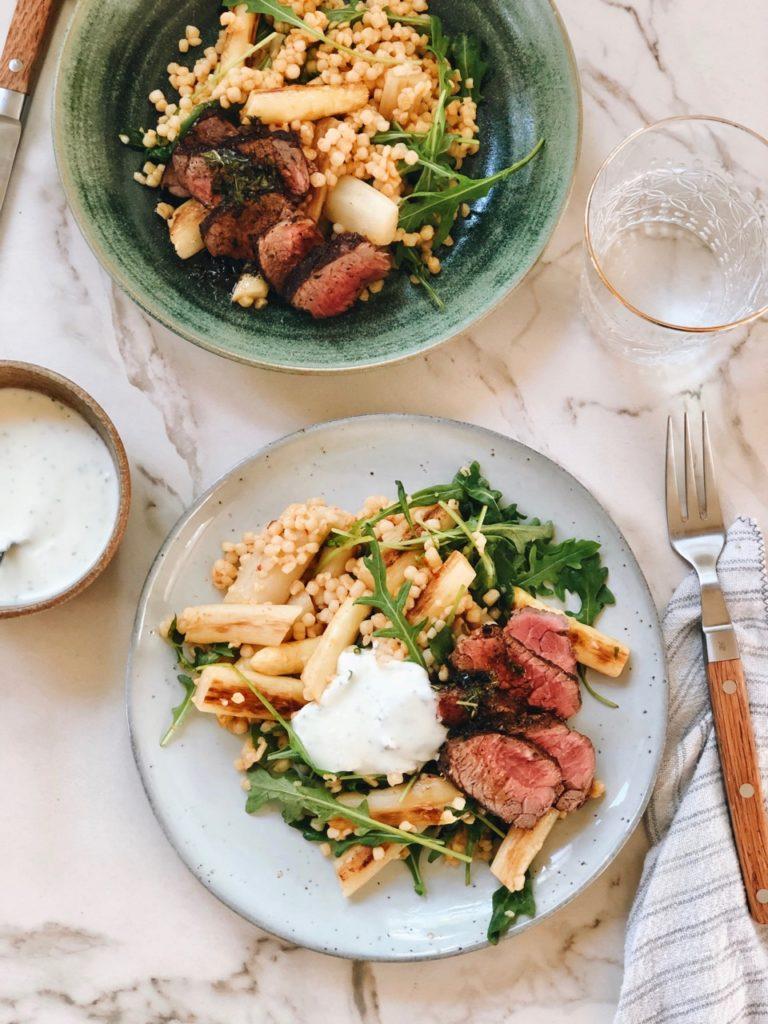 Parelcouscous salade met asperges en biefstuk